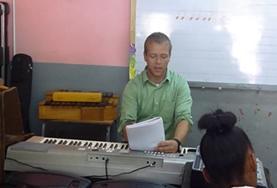 Leer kinderen instrumenten bespelen tijdens het muziek project in Jamaica.