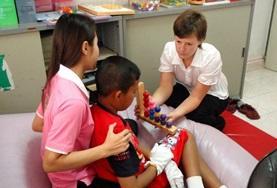 Een vrijwilliger op het ergotherapie project doet ervaring op in het buitenland.