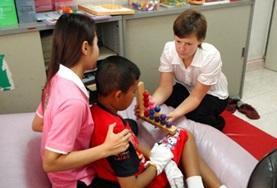 Als ergotherapie vrijwilliger in Cambodja help je onder andere lokale kinderen bij hun behandeling.