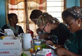 Vrijwilligers op een farmacie project breiden kunnen kennis uit tijdens een medische outreach.