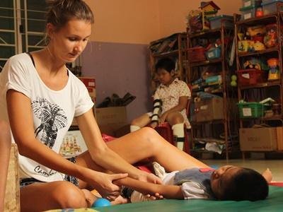 Een vrijwilliger uit Australie op het fysiotherapieproject in Cambodja.