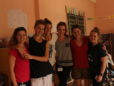 Vrijwilligers uit Australie werken samen in Cambodja.