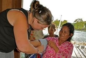 Als geneeskunde vrijwilliger in Cambodja kun je bijvoorbeeld meehelpen bij basis gezondheidscontroles.