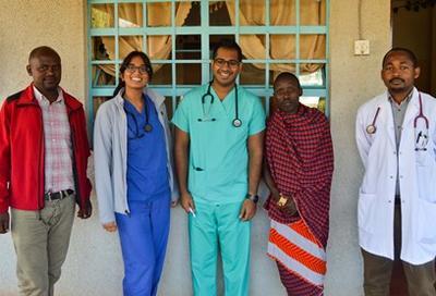 Samen met andere vrijwilligers kun je meer leren over de gezondheidszorg en geneeskunde in Tanzania.