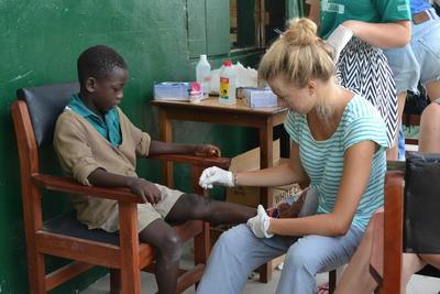 Als je vrijwilligerswerk doet op het geneeskunde project in Ghana help je bijvoorbeeld bij medische outreaches.