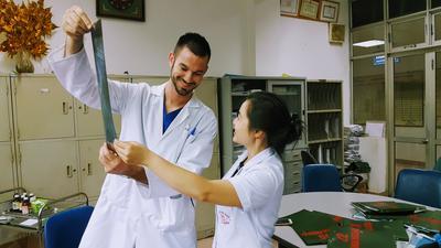 Als vrijwilliger kun je op het geneeskunde project in Vietnam meekijken met lokale artsen.