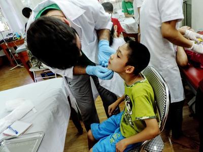 Help als vrijwilliger op het geneeskunde project in Vietnam bij het uitvoeren van medische controles.