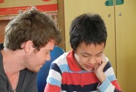 Help als logopedie vrijwilliger kinderen in een revalidatiecentrum in Vietnam bij de behandeling van spraakproblemen.