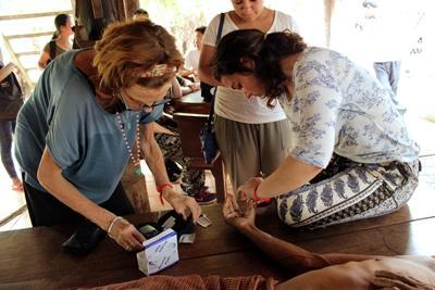 Projects Abroad vrijwilligers helpen mee met medisch outreaches op het public health project in Cambodja