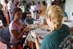 Vrijwilligers assisteren bij medical outreaches tijdens het Public Health project in Sri Lanka.