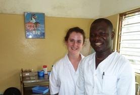 Loop mee met lokale tandartsen tijdens vrijwilligerswerk op het tandheelkunde project in Togo.