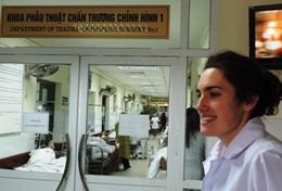 Een verpleegkunde vrijwilliger doet ervaring op in een ziekenhuis in Vietnam.