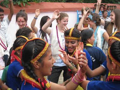 Tijdens een jongerenreis doen vrijwilligers niet alleen vrijwilligerswerk, maar ondernemen ook culturele uitstapjes