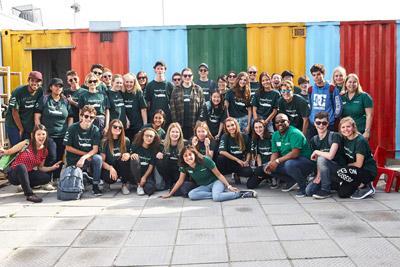 Een groep deelnemers van de jongerenreizen naar Zuid-Afrika tijdens hun project