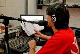 Doe journalistieke ervaring op door vrijwilligerswerk te doen bij een radiostation in Argentinië.