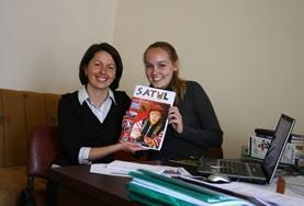 Doe ervaring op in de journalistiek door vrijwilligerswerk te doen bij een tijdschrift in Roemenië.