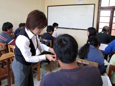 Lesgeven op een school in Bolivia