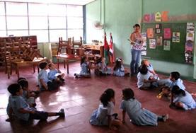 Tijdens lesgeef vrijwilligerswerk in Costa Rica sta je voor de klas en ondersteun je de lokale docenten.
