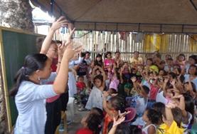 Als vrijwilliger op het lesgeef project in de Filippijnen sta je samen met lokale onderwijzers voor de klas.
