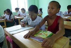 Geef Engelse les aan kinderen op een boeddhistische school tijdens vrijwilligerswerk in Myanmar.