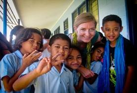 Help scholieren in Samoa bij hun huiswerk tijdens het lesgeef project voor vrijwilligers.