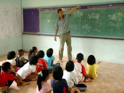 Lesgeven aan kinderen in Thailand