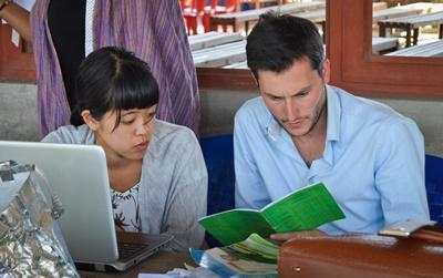 In Tanzania checken vrijwilligers van het Microkrediet project de boeken van begunstigden