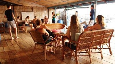 Projects Abroad vrijwilligers verblijven samen in een gedeelte accommodatie op Koh Sdach in Cambodja