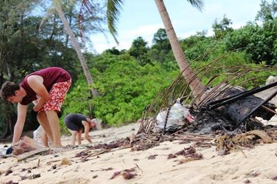 Projects Abroad vrijwilligers helpen met de schoonhouden van de stranden en recycleren en dragen zo bij aan een beter milieu
