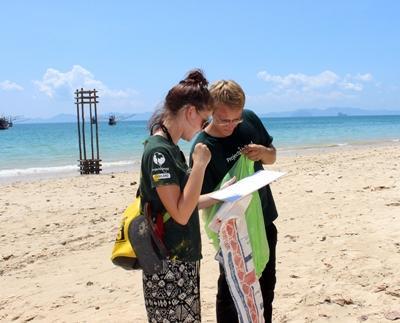 Vrijwilligers helpen bij het schoonmaken van de stranden in Thailand