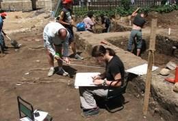 Als ervaren archeoloog kun jij vrijwilligerswerk doen en meehelpen bij opgravingen in Roemenië.