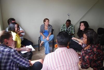 Vrijwilliger tijdens een groep sessie over maaltijdplanning