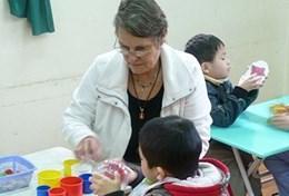 Een ergotherapeut doet vrijwilligerswerk in een dagopvangcentrum in Vietnam.