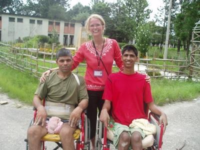 Een ervaren vrijwilliger van Projects Abroad helpt kansarme mensen door middel van fysiotherapie.