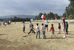 Als sportleraar geef je gymlessen aan schoolkinderen in Ethiopie.