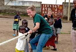 Als leraar speciaal onderwijs help je ook plezier met de kinderen op het schoolplein.
