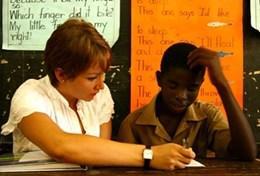 Een ervaren leraar helpt een leering tijdens vrijwilligerswerk in het buitenland.