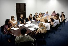 Vrijwilligers overleggen met lokale advocaten over mensenrechten zaken in Kaapstad.
