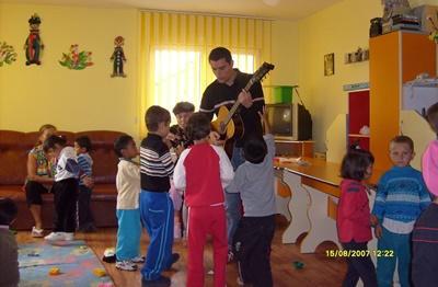 Creatief therapeut speelt gitaar in Roemenië