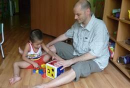 Een ervaren psycholoog werkt als vrijwilliger met autistische kinderen in Vietnam.