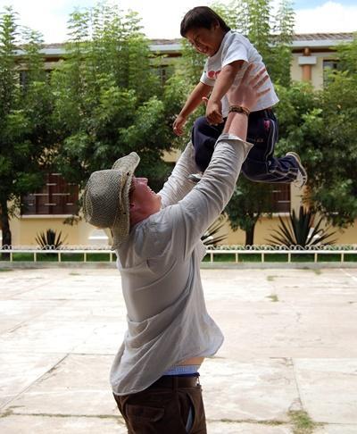 Sociaal werker met Boliviaans kindje