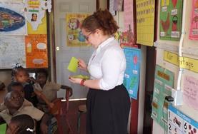 Een vrijwilliger kijkt mee in het Human Rights Office in Jamaica.