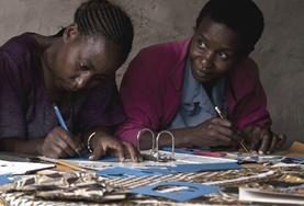 Vrijwilligers geven voorlichting over mensenrechten aan een lokale gemeenschap in Tanzania.