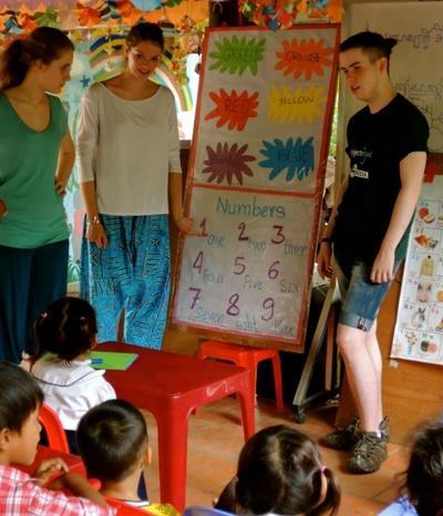Tijdens het sociaal project in Cambodja leren vrijwilligers de kinderen basis Engels.