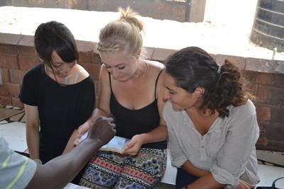 Projects Abroad vrijwilligers op het HIV/aids project in Ghana leren hoe ze bloed moeten testen