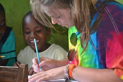 In Ghana help teen vrijwilliger bij het knutselen op het social project