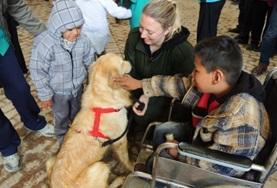 Begeleid als vrijwilliger Boliviaanse kinderen tijdens hun therapiesessie met honden.