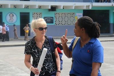 Projects Abroad vrijwilliger bezoekt school voor een voorlichting samen met lokale medewerker