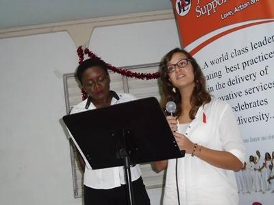 Vrijwilliger geeft presentatie tijdens wereld aids dag samen met en Projects Abroad medewerker in Jamaica