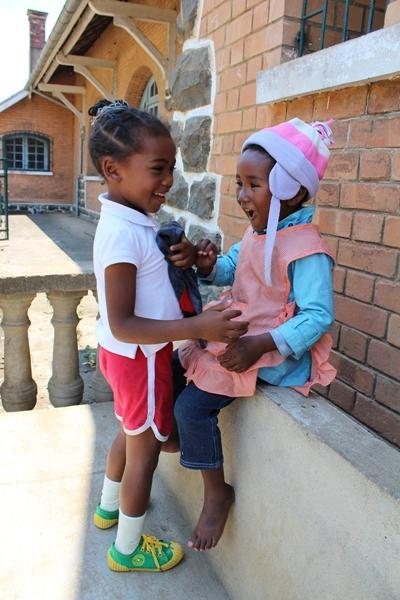 Kinderen spelen buiten spelletjes op het sociale zorg project in Madagaskar
